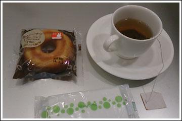 空港ラウンジでドーナツ&紅茶